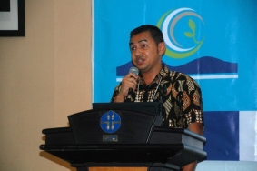 Hendri Yuzal speaking at podium