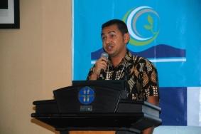 Hendri Yuzal speaking at podium